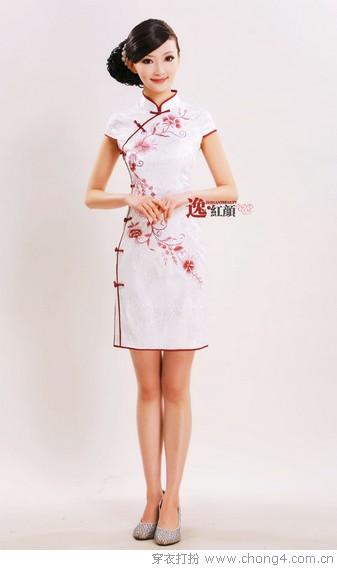 不知道身邊還有多少人記得旗袍,這個在上世紀三四十年代風靡中國大街小巷的服飾,幾年前隨著影片《花樣年華》的走紅被世人逐漸記起,你知道嗎?現代版的旗袍在經過設計師們的精心改良后,也越來越受到年輕朋友們的關注和喜愛了。 &