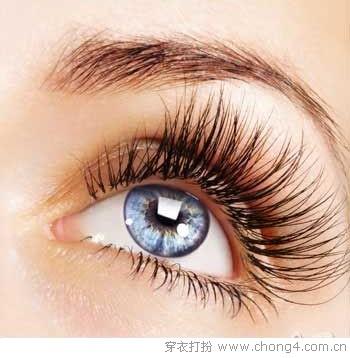 ps:假睫毛根部粗黑型,能让双眼更有存在感;根部透明型