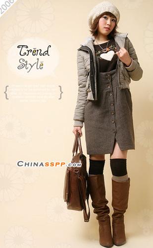 多层次的搭配不显冬季服装的臃肿感觉,棕色长靴保暖又