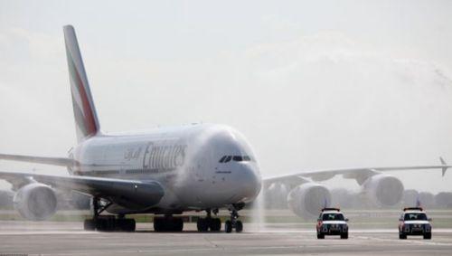 空客a380的上层甲板的长度是整个机身的长度,它的宽度相当于宽体飞机