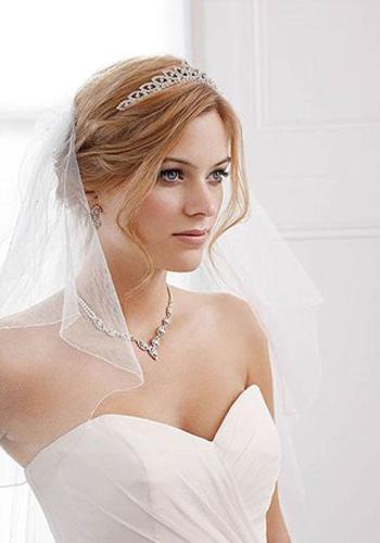 婚纱戴项链模特