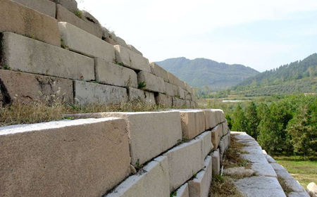 失落的东方金字塔       距集安市区3公里处