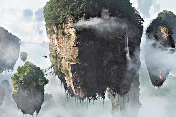 """《阿凡达》中的""""哈利路亚山"""" 《阿凡达》中的""""哈利路亚山""""到底在哪里? 《阿凡达》一经上映便引爆票房,导演卡梅隆的一句""""中国元素给《阿凡达》大大增色""""引发了旅游爱好者的向往之心。导演詹姆斯·卡梅隆说,灵感是来自中国黄山。黄山官方网站立即表示""""《阿凡达》的哈利路亚山,即中国黄山"""",但湖南官员不服气,认为张家界才是哈利路亚山,连华山也加入战团,掀起一场《阿凡达》山头争夺战。"""
