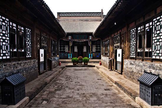 平遥古城民居,以砖墙瓦顶的木结构四合院为主,布局严谨,左右对称