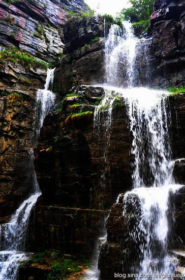 瀑布   这个瀑布纤细如同珠帘,石壁因其