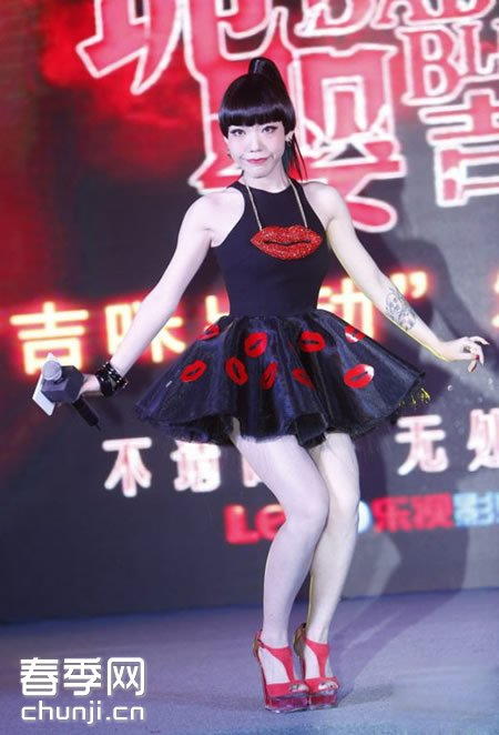 亮相电影《诡婴吉咪》记者会,黑色短裙布满时髦的红唇元素靓丽俏