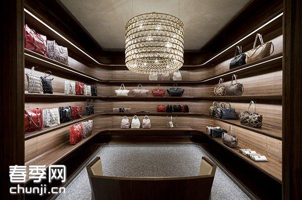 MrChipperfield構思的空間與分區的排序就像電影的追蹤鏡頭,節奏明快,流露出莊重私密的情態。全店分為多個專區,各有標誌性元素,包括品牌的招牌元素,例如配飾專區鑲設馬賽克直鏡子,陳設宛如書房;更衣室是全店最私人和最舒適的角落,選用灰色皮革,還有白色牆壁、拼花木地板、水磨雲石地台和模飾等。室內沒有任何硬角或斜角位,到處都是柔和的弧形線條,洋溢優美閑逸的雅意。