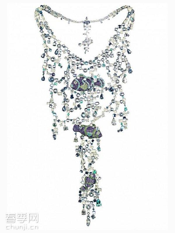 导读:瑞士高级珠宝品牌萧邦(Chopard)动物世界系列高级珠宝在伦敦的首展已经接近尾声。动物珠宝系列,以栩栩如生的动物形象为蓝本,打造了精致的耳坠,项链,手链等珠宝配饰。  瑞士高级珠宝品牌萧邦动物世界系列高级珠宝在伦敦的首展已经接近尾声。动物珠宝系列,以栩栩如生的动物形象为蓝本,打造了精致的耳坠,项链,手链等珠宝配饰。150件了不起的独特艺术品,从精致的蜜蜂胸针到珍贵的北极熊钻表,从灵动的小鸟耳环到华美的孔雀耳坠,从尊贵的老虎头项链到可爱的猴子配件,每一件都显得如此华丽。