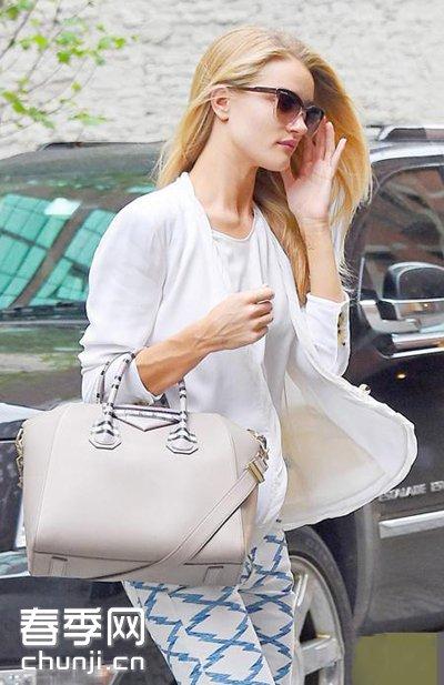 为女名星开包_众多超模,明星拿起时尚大包,街拍中找亮点,名牌包是经典.