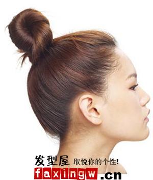 想扎韩式盘发的女生,带来了盘发的发型diy,让你也可以自己在diy流行的