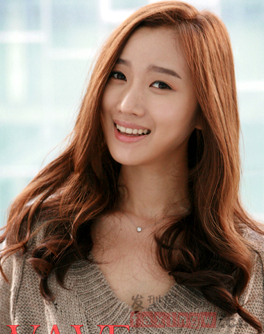 韩式瘦脸长卷发 职场女必学气质发型图片