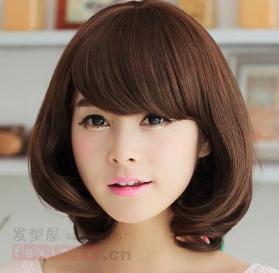搭上这样的一款秋季短发发型,既具优雅又不失小女人味,内扣弧度卷的发图片