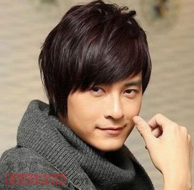 柔顺的斜刘海长发烫发发型,大方的梳发气质和精致的形象梳发结合