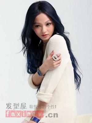 超时尚的深蓝色染发颜色,搭配中分长卷发发型,将本来很图片