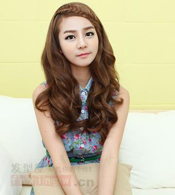 这款女生长卷发发型,柔顺的斜刘海起到很好修饰脸型的图片