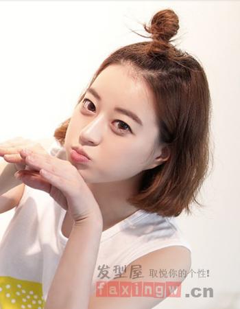 将刘海与头顶的发丝扎起来露出清爽的额头,一款蓬松的韩式内蓬发型图片
