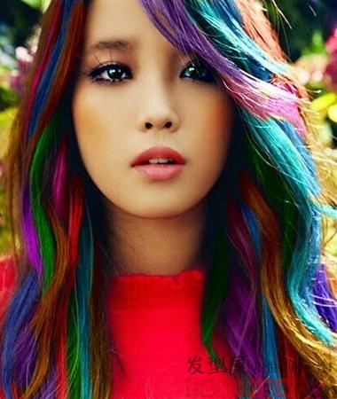 流行的彩虹色染发,很考验发型师功力的一款炫彩染发发型,侧分高清图片