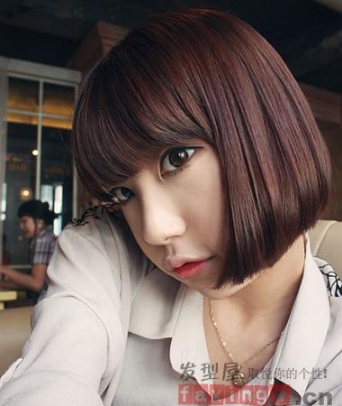 好看的去韩系短发发型是很多短发控妹纸的心头好,修剪设计独特又清新的韩系女生短发,既减龄清爽又不失女生的清新甜美,因此很受女生们的宠爱,下面就一起去看看吧! 这款韩式齐刘海短发发型既有小女生的俏皮可爱,又带着