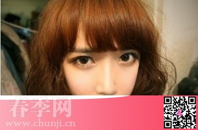 此款齐刘海的短卷发发型非常的甜美可爱