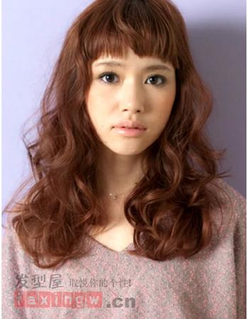 烫发的种类分为很多种,针对各自的脸型设计出别具一格的气质出来,所以芭比烫发就是其中一款很有设计感的烫发发型,如果你也喜欢不妨一试吧!简单大方不失可爱气质。 厚重的齐刘海发型,同时将齐刘海打出小v脸的效果,清爽