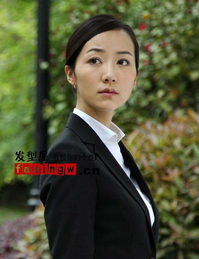 简约大方的盘发,搭配白色衬衫与黑色西装干练职场白领图片