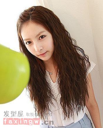 最新长发玉米烫发型 变身时尚魅力轻熟女图片