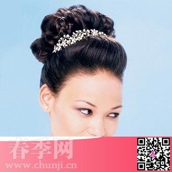 无论配以圣洁的西式婚纱还是喜庆的中式礼服,一款端庄雅致的盘发,都能图片