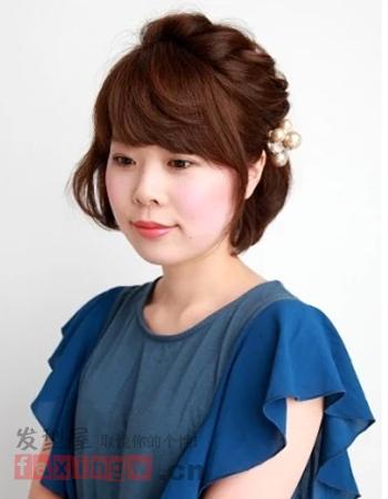 将一款齐耳短发发型利用编发的形式打造出时尚感,从图片
