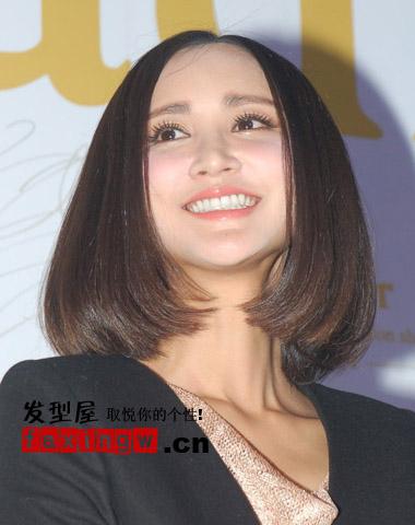 张歆艺中分齐肩�yg�_现场,张歆艺优美弧度齐肩发型是非常的甜美迷人.