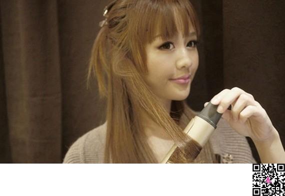 导读: AngelaBaby魅力十足,甜美可爱,现在小编就为你带来AngelaBaby唯美韩式发型教程图解,轻松变身DIY发型甜美公主。 步骤一:先把头发梳顺,分区,用手抓起头发上面。 步骤二:……