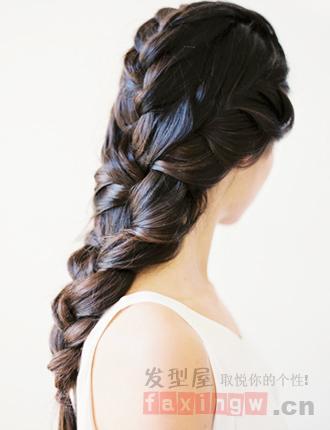 很多女孩都喜欢编发,编织的方法也是花样百出,但是最经典的依旧是可爱的麻花辫发型,简单的小清新辫子更能赋予发丝精致纯美感,下面就教你diy森女系麻花辫发型,让你轻松变女神。 这一款长发打造的华丽麻花辫造型,细心的