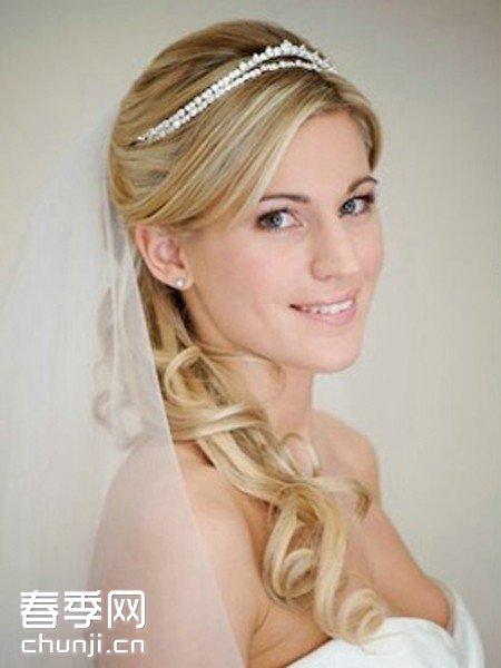 推荐理由:很多新娘都喜欢在婚礼当天尝试盘发造型,将图片