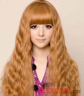 长长的玉米烫发型是很多女生梦寐以求的,蓬松的造型图片