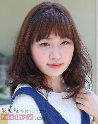 胖胖的女生长着一张圆嘟嘟脸型,如何选择适合发型呢?图片