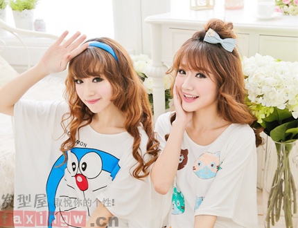 这款闺蜜发型中,两姐妹都是棕色的卷发发型,蓝色发箍的