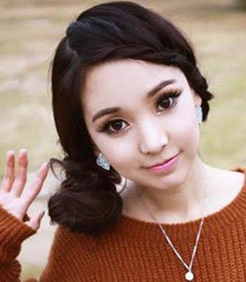 许多MM是不是都很羡慕韩国女生花样百出的发型,是不是也很想拥有与众不同的发型。那么刘海编发绝对是既简单又快捷的方法了。今天小编就给大家带来一组2013最新时尚刘海编发发型图片。十分简单甜美,喜欢的MM们可以尝试一下哦。 &