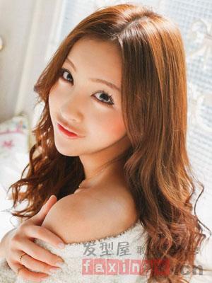 杏仁脸最适合什么发型 搭配烫发最显脸小图片