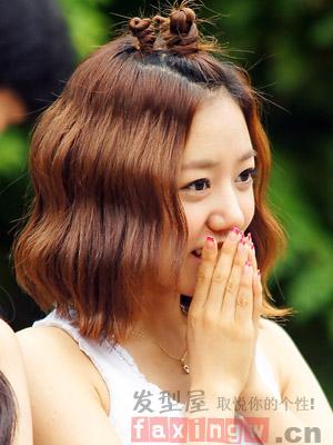 简单大方的无刘海韩式花苞头盘发,挑染棕色的长卷发扎简单的发髻造型图片