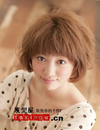 瓜子脸、鹅蛋脸、小脸,人人羡慕的脸型天生不是每人都拥有,不过合适的发型设计,让脸型不完美的你,也能美丽大增,创造好看脸型。圆脸女生有机会,圆脸适合发型设计,现在就为大家送上,2012年打造最合适的圆脸发型,不妨参考。