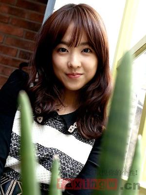 韩式气质中长发烫发 蓬松卷发塑造巴掌脸图片