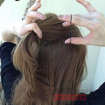 中长卷发发型看起来特别显柔美,但是如何才能换个造型