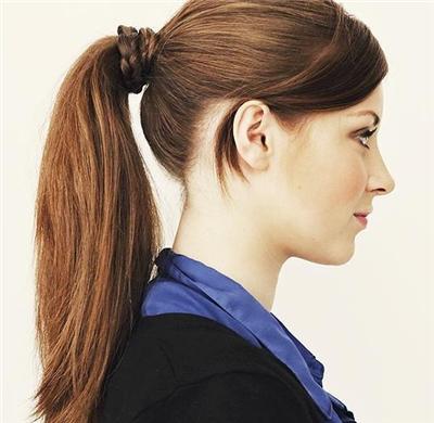 只要是长发的女生都会扎简单马尾辫,但是如果你想让自己的马尾变的不图片