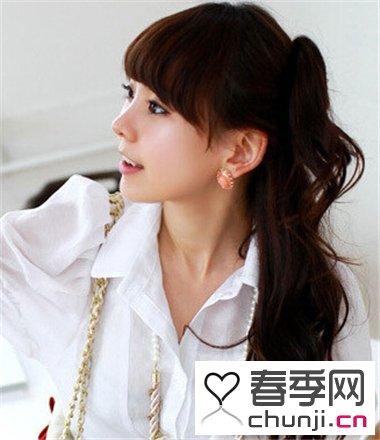 这款韩式半扎发发型,型两侧取些头发,自然的扎起,其余头发披散着,清新