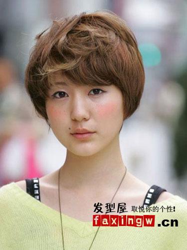 下面为你呈现一组日系街拍短发,个性的短卷发,淑女气的梨花头,让你大图片