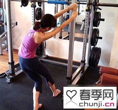 女生达人示范健身房瘦胳膊方法 - 百科教程网_
