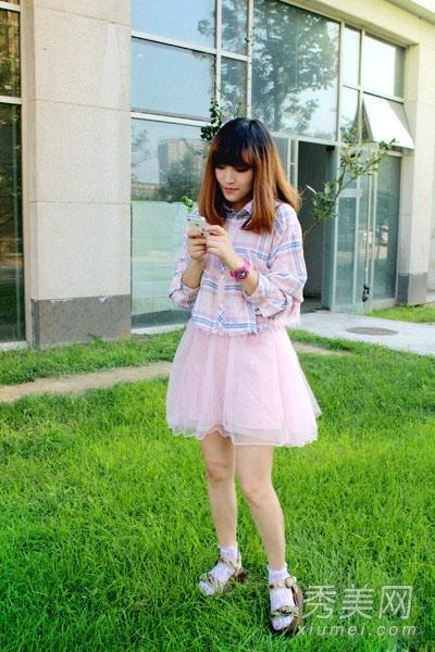 清新素雅的格纹给人小清新的感觉呢,选择粉色纱裙来搭配,甜美可爱,有