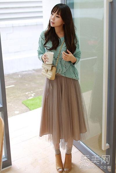 绿色宽松针织衫搭配裸色长裙,镂空麻花设计,让这款针织