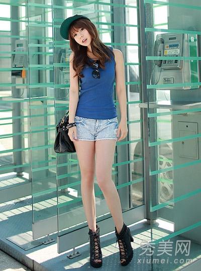 蓝色修身吊带背心搭配牛仔短裤,黑色绑带高跟鞋,十分清爽简高清图片