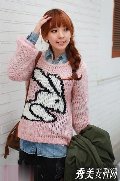 小兔子图案的粉色毛衣,很可爱吧.寒冷的冬天不挡风?