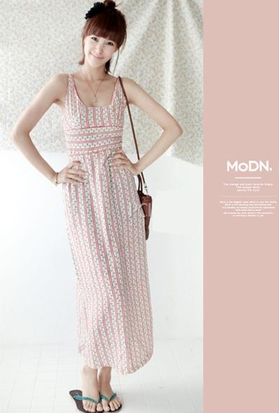 高腰式的设计是长裙的惯用版式,对于提升腰线,平衡裙摆